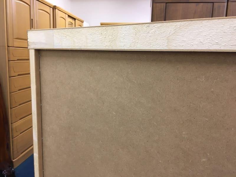 家具の裏面をご確認ください。 多くの家具では外枠から背板が1cmほど中に入っています。