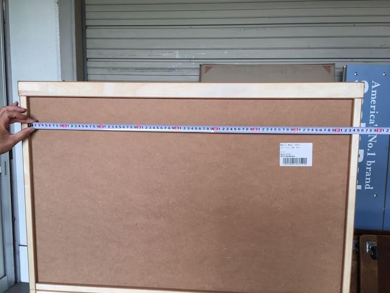 そして次に家具の凹み部分の内寸の幅を測ります。