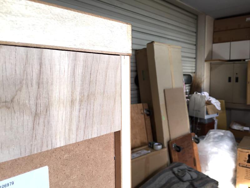 木工用ボンド(水性)で桟木と家具を貼り付けます。ピッタリ入りました。これで裏面が平らになりました。横から見ると側板と平らなのがわかります。