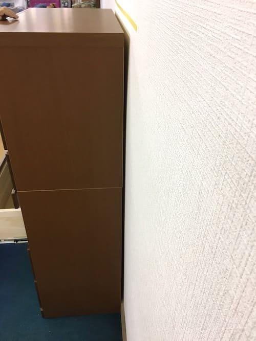 巾木は約6㎜程度の厚さがありますので 平らな所では6mmほど壁から家具が離れてしまいます。