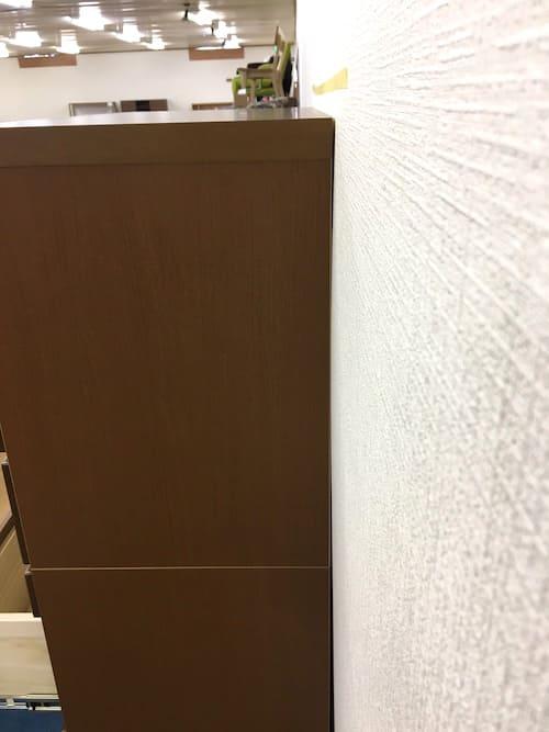 2mm厚程度の板を重ねて使用すると壁と家具が隙間なく設置できます。