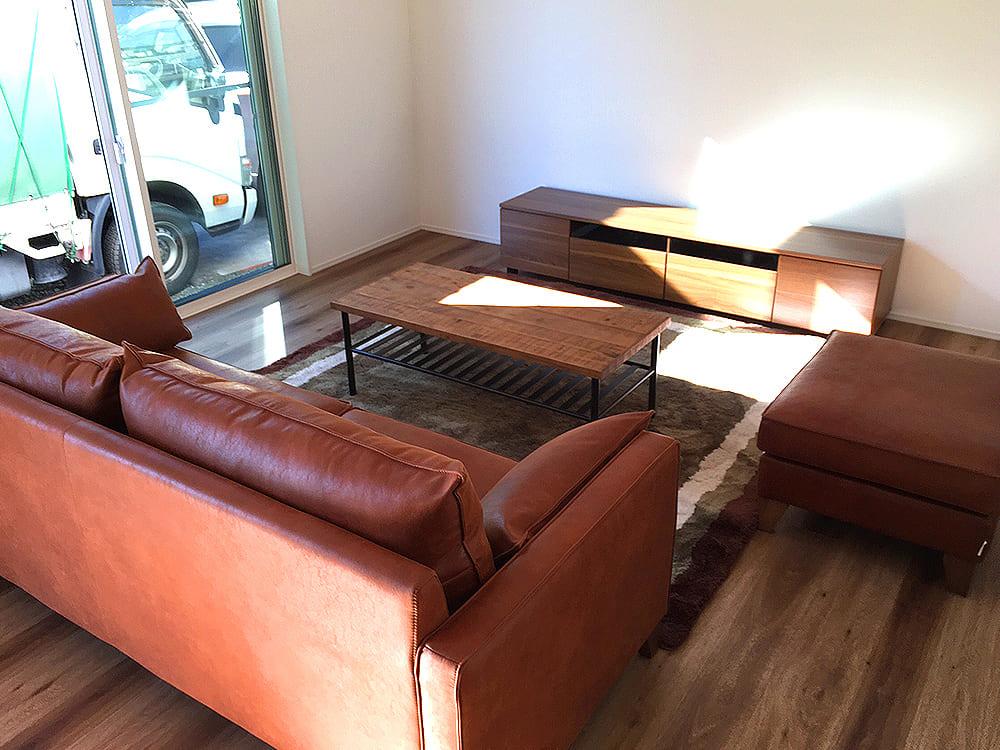 最後に中央市のS様邸です。 リンビングダイニングセット一式をご購入いただきました。 古材を利用したテーブルに皮仕様のソファー。ワイルドテイストな今人気のスタイル。お部屋の雰囲気ともよくマッチしています。