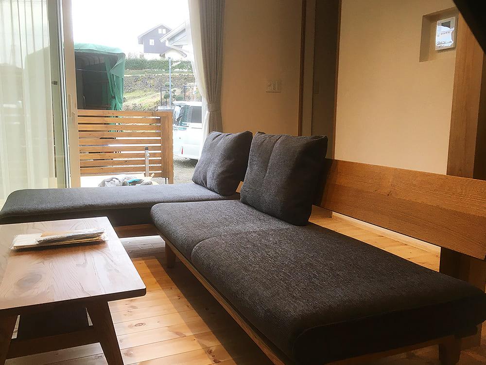 まずは、富士吉田市のH様のご自宅です。 人気のカウチソファーですが、こちらはモダンでシンプル、北欧的な雰囲気を感じるデザインソファー。