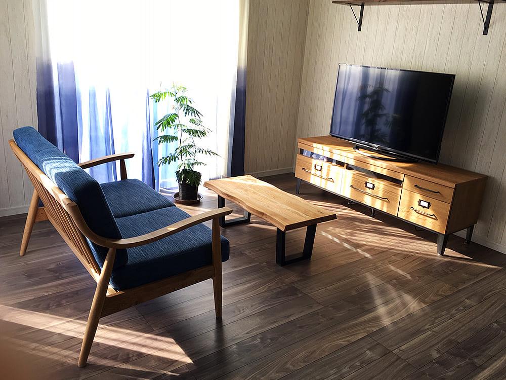 続いて甲斐市I様邸です。 曲線を帯びた肘掛が特徴的な北欧デザインのソファーとリンビングセット一式をご購入いただきました。シンプルで居心地の良さそうな素敵なお部屋です。