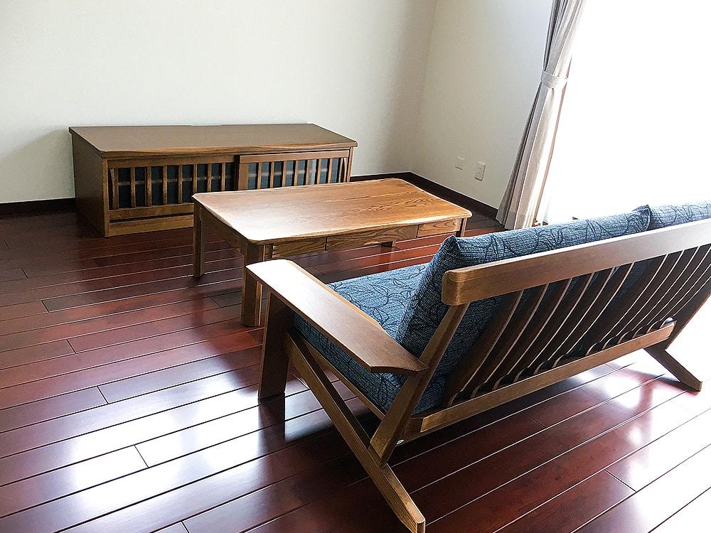 木目を生かした家具で統一された室内はレトロな雰囲気を醸し、安らぎある空間になっていますね。