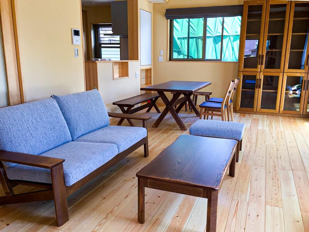 そしてこちらも甲府市のN様邸。  爽やかなブルーのソファー生地が落ち着きある空間を演出しています。