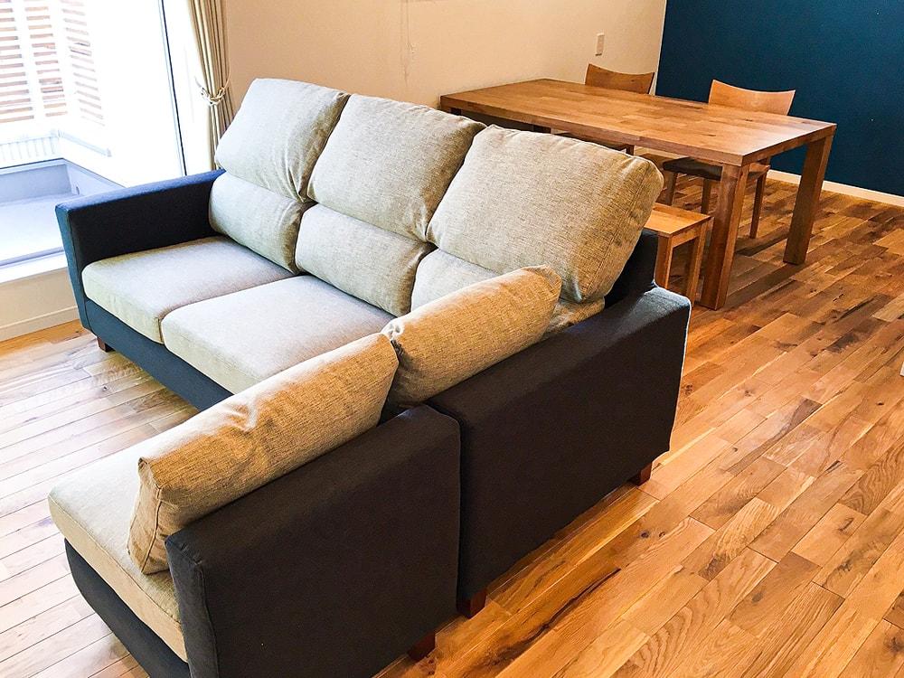 甲府市のN様邸。  壁紙に合わせたブルーのソファー生地。無垢材の床も素敵なスタイリッシュなお部屋ですね。