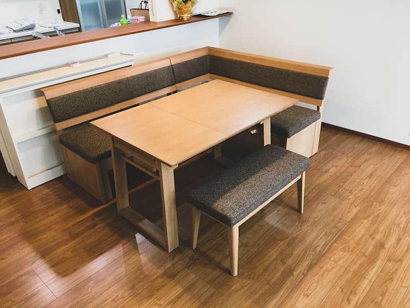 お客様へ家具を納品させていただきました PART16>存在感ある大きめのカウチソファーと木目を生かしたリビングセット。象さんのアニマルスツールが可愛いワンポイントに。