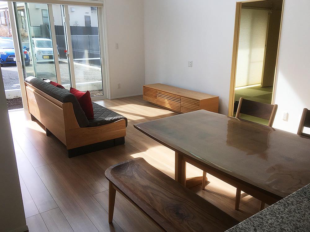 続いて富士河口湖町のM様邸。 落ち着いたウォルナットのダイニングセット、ソファー、テレビボードをご購入いただきました。シンプルでナチュラルな雰囲気のご自宅によく似合っています。