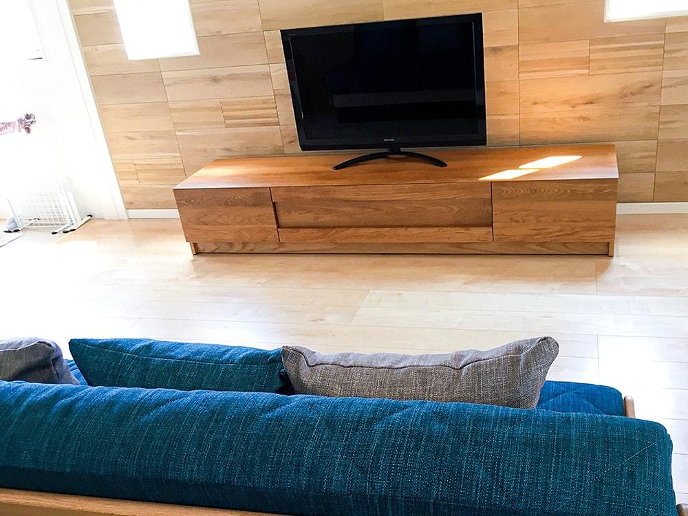 浮遊感ある優しいい雰囲氣のお部屋に、温かみある木のTVボードがよく似合っています。