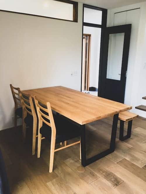 お客様へ家具を納品させていただきました PART16>ホールド感あるカウチソファーに人気のアイアン脚のダイニングテーブルをご購入いただきました。