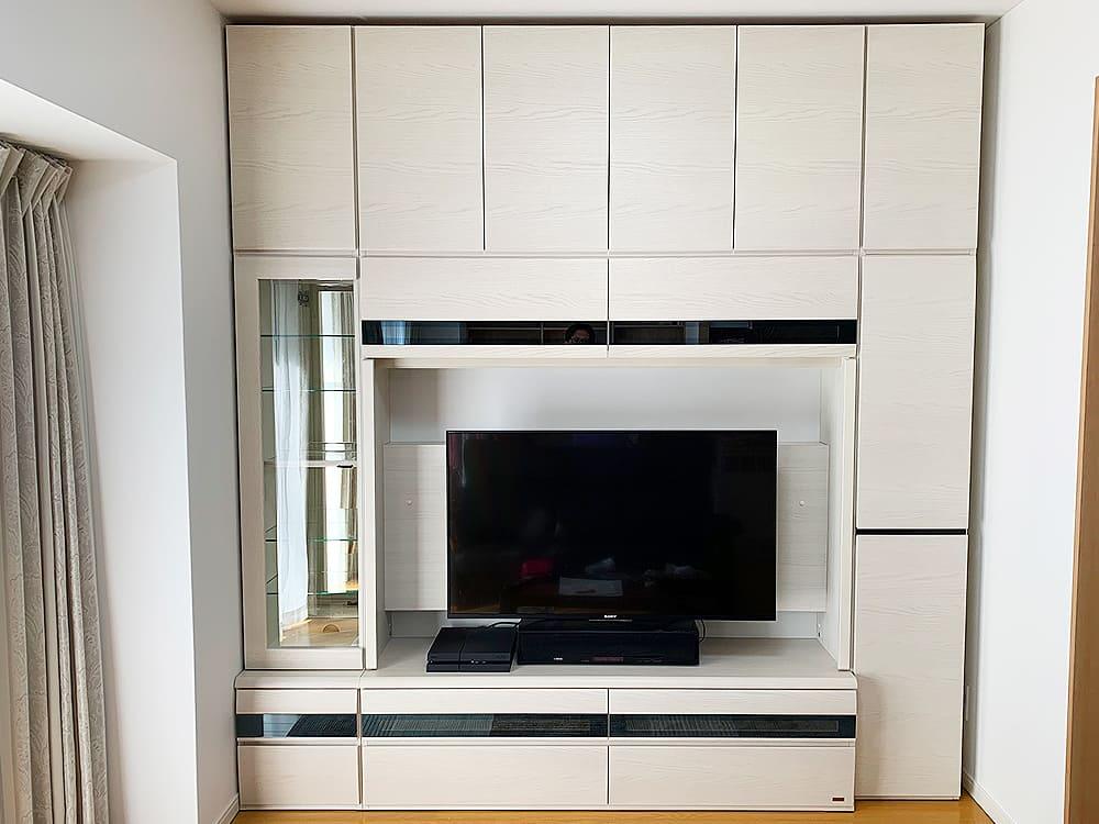 忍野村のS様邸。 大型の収納付きテレビボードをご購入いただきました。 造り付け家具かと思うほどぴったりと壁面に収めることができました。