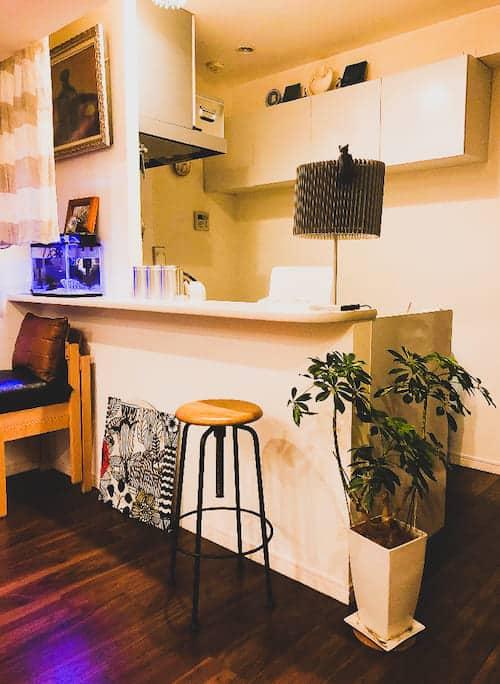 お客様へ家具を納品させていただきました PART16>キッチンカウンターに置かれたCRASHGATEのスツール。高さ調節もできるので座り心地もバッチリです。